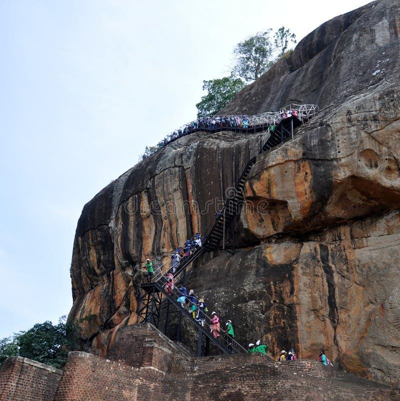 Άνθρωποι που αναρριχούνται στο βράχο Σρι Λάνκα Sigiriya στοκ φωτογραφία