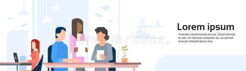 Άνθρωποι που απασχολούνται έμβλημα κεντρικού στο ανοικτό χώρου γραφείου Coworking διανυσματική απεικόνιση