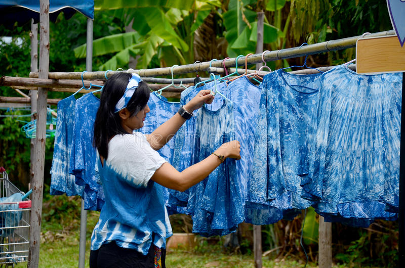 Άνθρωποι που απασχολούνται στα ξηρά ενδύματα διαδικασίας χρώματος Mauhom χρωστικών ουσιών μπατίκ στοκ εικόνα με δικαίωμα ελεύθερης χρήσης
