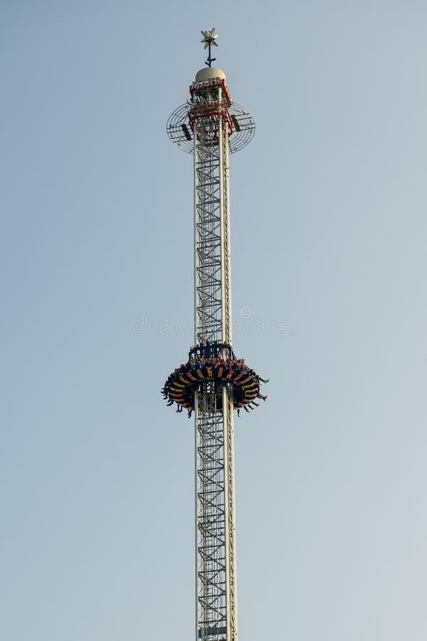 Άνθρωποι που απολαμβάνουν το γύρο στην ελεύθερη έλξη πτώσης Luzern lunapark, Ελβετία στοκ εικόνα