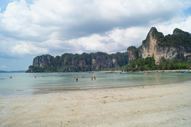 Άνθρωποι που απολαμβάνουν το μπλε ουρανό και την τυρκουάζ παραλία με τους βράχους σε Krabi, Ταϊλάνδη στοκ φωτογραφία με δικαίωμα ελεύθερης χρήσης