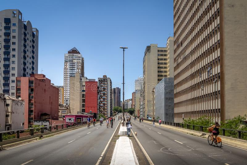 Άνθρωποι που απολαμβάνουν το Σαββατοκύριακο στην ανυψωμένη εθνική οδό γνωστό ως Minhocao Elevado Presidente Joao Goulart - Σάο Πά στοκ εικόνα με δικαίωμα ελεύθερης χρήσης