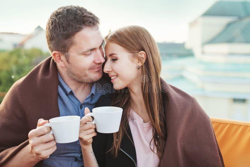 Άνθρωποι που απολαμβάνουν τον καφέ από κοινού στοκ φωτογραφία