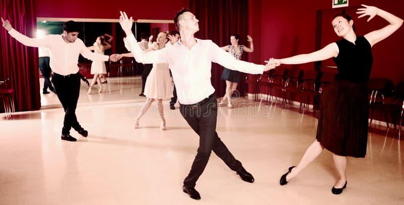 Άνθρωποι που ασκούν το σφριγηλό ζωηρό χορό στοκ φωτογραφίες