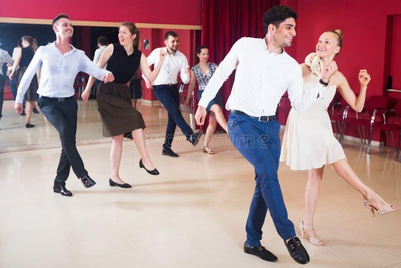 Άνθρωποι που ασκούν το σφριγηλό ζωηρό χορό στοκ εικόνα με δικαίωμα ελεύθερης χρήσης
