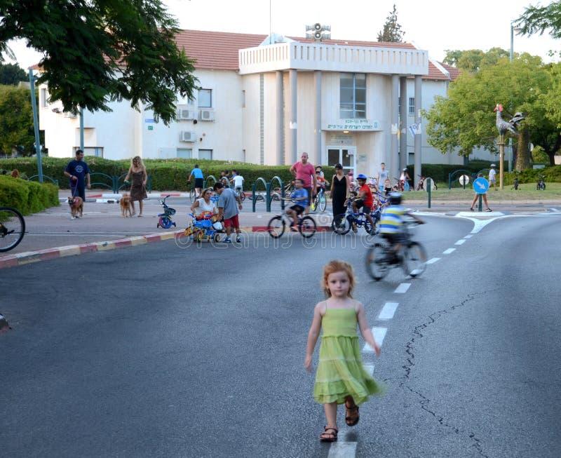 Άνθρωποι που γιορτάζουν την παραμονή Yom Kippur (ημέρα της επανόρθωσης) στο Ισραήλ στοκ φωτογραφία με δικαίωμα ελεύθερης χρήσης