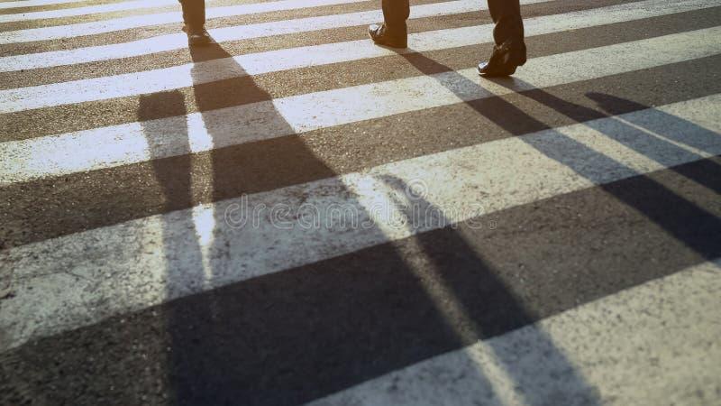 Άνθρωποι που διασχίζουν την οδό, που πιέζει χρονικά στο κέντρο γραφείων, στερεότυπη εργάσιμη ημέρα, άσφαλτος στοκ φωτογραφία