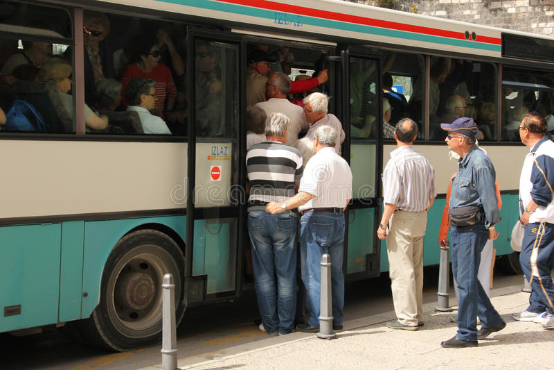 Άνθρωποι που επιβιβάζονται σε ένα επιβαρυνμένο λεωφορείο διάσπαση Κροατία στοκ φωτογραφία με δικαίωμα ελεύθερης χρήσης