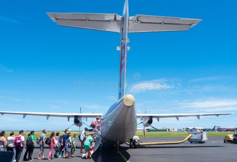 Άνθρωποι που επιβιβάζονται στο αεροπλάνο στον αερολιμένα της Ταϊτή στοκ εικόνες με δικαίωμα ελεύθερης χρήσης