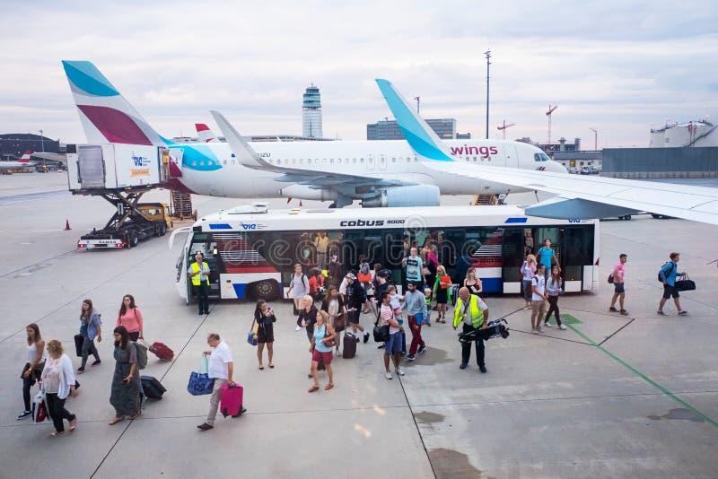 Άνθρωποι που επιβιβάζονται στο αεροπλάνο στη Βιέννη στοκ εικόνες