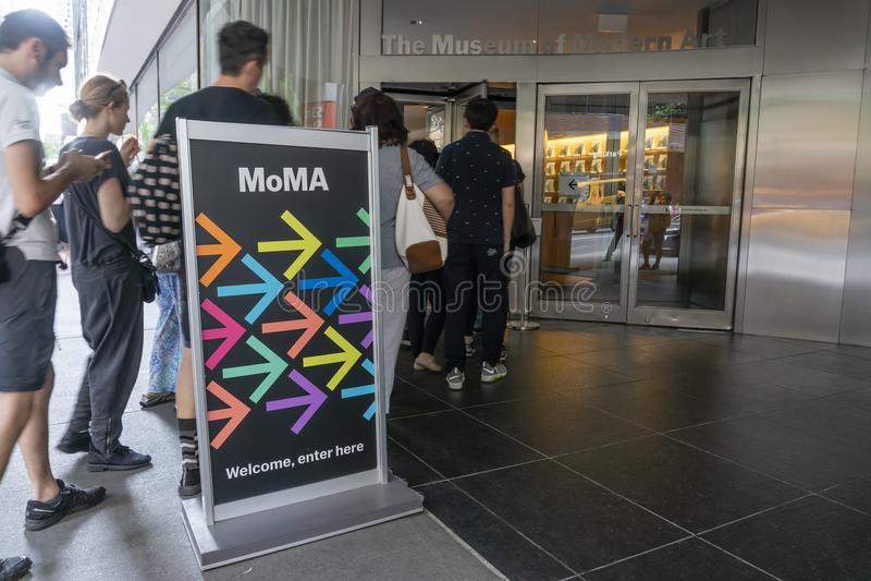 Άνθρωποι που επισκέπτονται το μουσείο της σύγχρονης τέχνης MoMA στην πόλη της Νέας Υόρκης στοκ φωτογραφίες με δικαίωμα ελεύθερης χρήσης