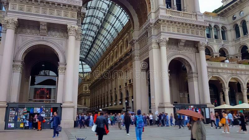 Άνθρωποι που επισκέπτονται Galleria Vittorio Emanuele, διάσημο Μιλάνο που επισκέπτεται, είσοδος στοκ φωτογραφίες με δικαίωμα ελεύθερης χρήσης