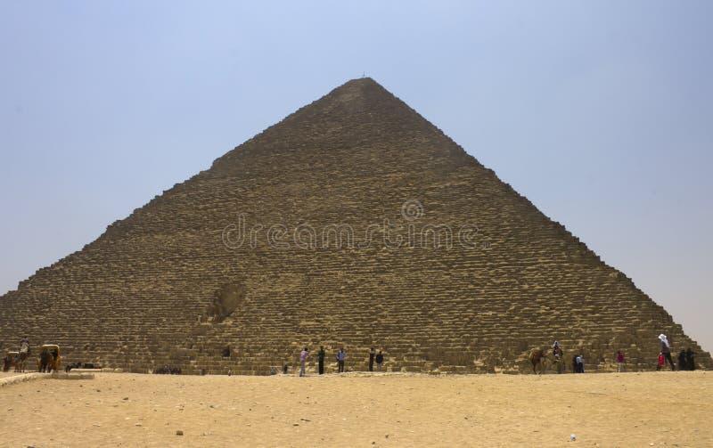 Άνθρωποι που θαυμάζουν την πυραμίδα Khufu (Cheops) στοκ εικόνες