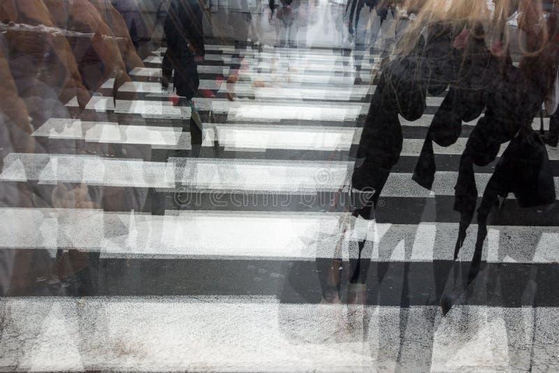 Άνθρωποι που διασχίζουν έναν δρόμο στοκ φωτογραφία