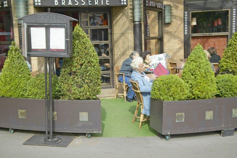 Άνθρωποι που κάθονται σε υπαίθριο cafï ¿ ½ /brasserie, Παρίσι, Γαλλία στοκ εικόνες
