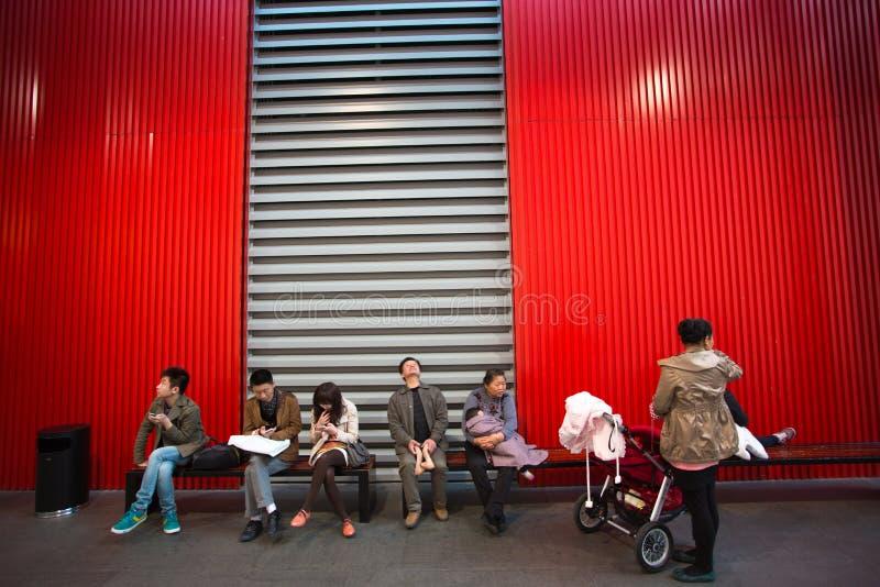 Άνθρωποι που κάθονται στον πάγκο στοκ εικόνες