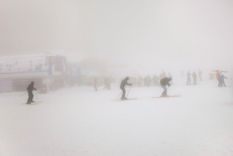 Άνθρωποι που κάνουν σκι στον ακραίο καιρό με ομίχλη και μηά διαφάνεια στοκ εικόνα με δικαίωμα ελεύθερης χρήσης