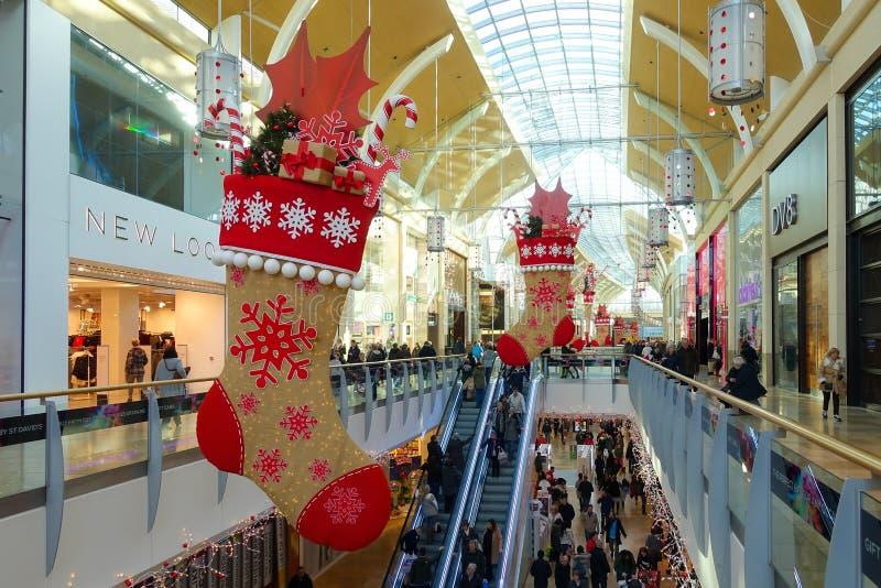 Άνθρωποι που κάνουν τα Χριστούγεννά τους που ψωνίζουν στο κέντρο Cardi του ST David's στοκ εικόνα