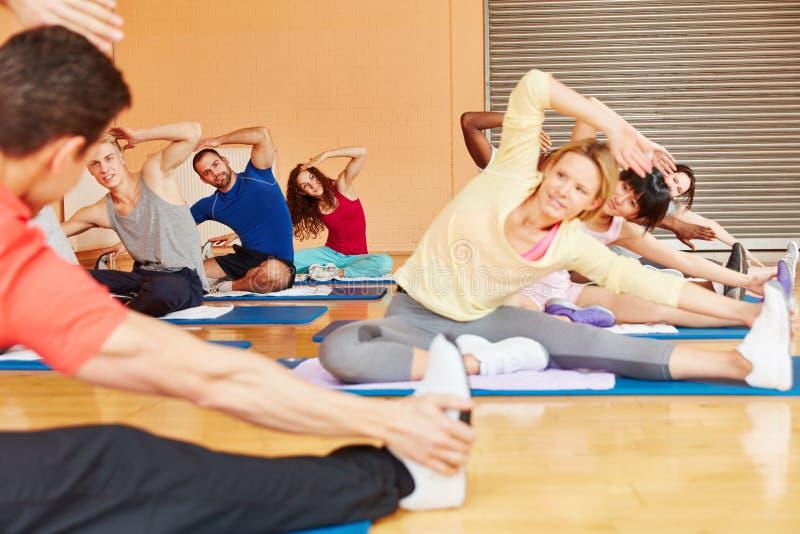 Άνθρωποι που κάνουν την άσκηση στην κατηγορία pilates στοκ φωτογραφία