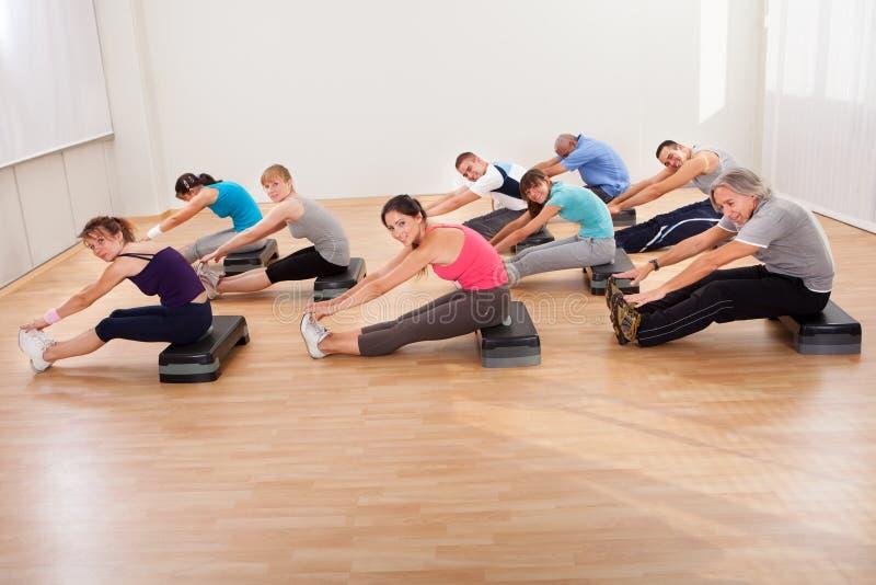 Άνθρωποι που κάνουν τις τεντώνοντας ασκήσεις στοκ φωτογραφία με δικαίωμα ελεύθερης χρήσης