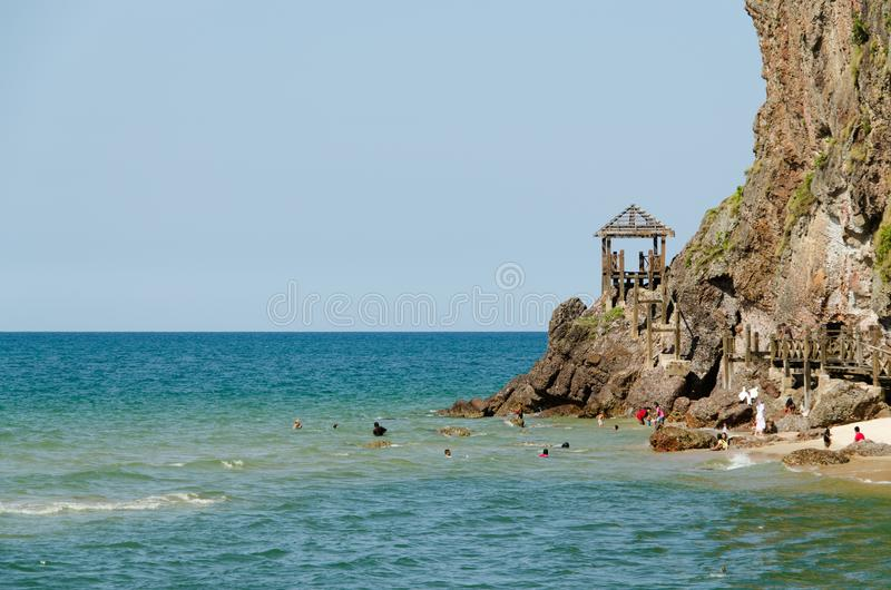 Άνθρωποι που κολυμπούν και που έχουν τη διασκέδαση στην παραλία στοκ φωτογραφία με δικαίωμα ελεύθερης χρήσης