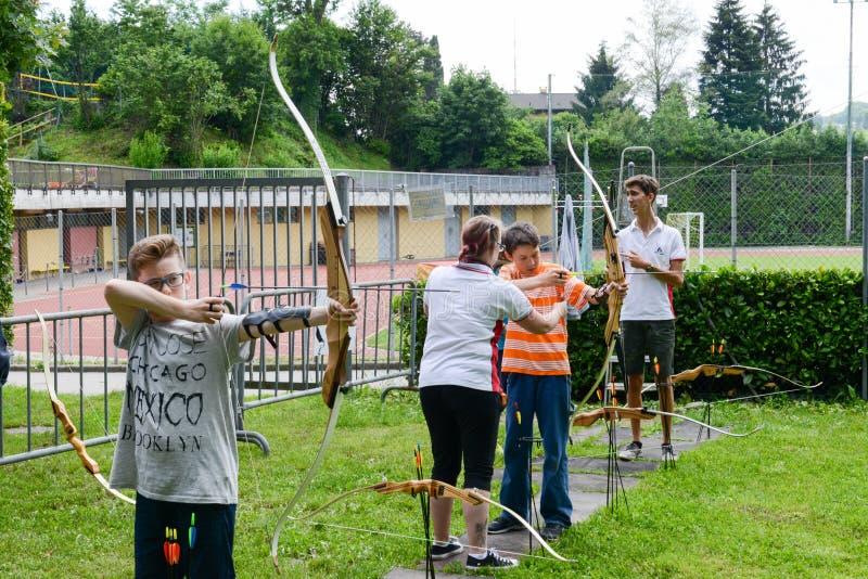 Άνθρωποι που μαθαίνουν στην τοξοβολία σε Massagno στην Ελβετία στοκ εικόνες με δικαίωμα ελεύθερης χρήσης