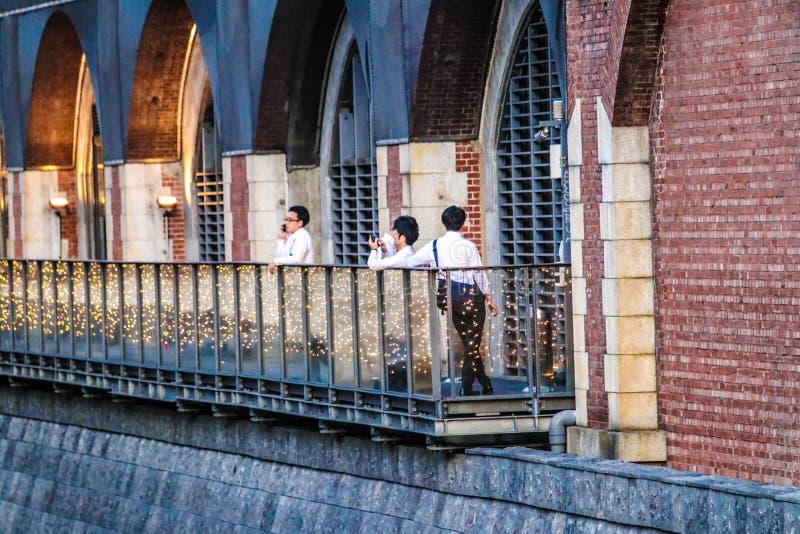 Άνθρωποι που μιλούν στα κινητά τηλέφωνα στο Τόκιο, Ιαπωνία στοκ φωτογραφία με δικαίωμα ελεύθερης χρήσης