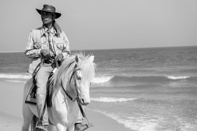Άνθρωποι που οδηγούν στο άλογο πίσω σε Cha - παραλία AM στοκ εικόνα με δικαίωμα ελεύθερης χρήσης