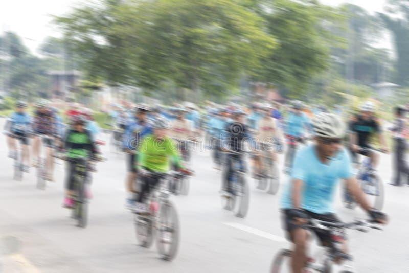 Άνθρωποι που οδηγούν τα ποδήλατα με τη θαμπάδα κινήσεων στοκ εικόνα με δικαίωμα ελεύθερης χρήσης