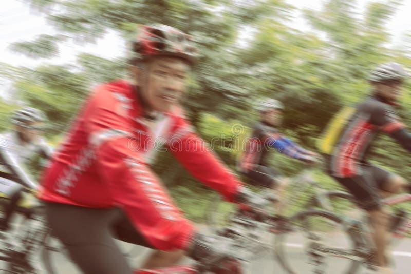 Άνθρωποι που οδηγούν τα ποδήλατα με τη θαμπάδα κινήσεων στοκ φωτογραφίες με δικαίωμα ελεύθερης χρήσης