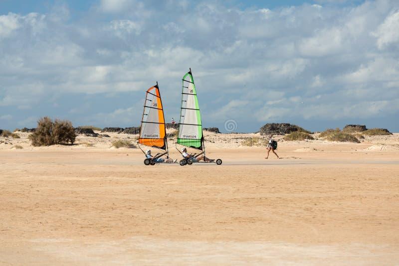 Άνθρωποι που οδηγούν την άμμο ιστιοπλοϊκή στην παραλία Μαθαίνουν και έχουν τη διασκέδαση Corralejo, Fuerteventu στοκ φωτογραφία