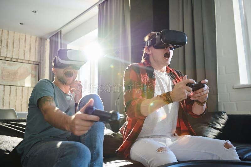 Άνθρωποι που παίζουν στην εικονική πραγματικότητα στοκ εικόνες με δικαίωμα ελεύθερης χρήσης
