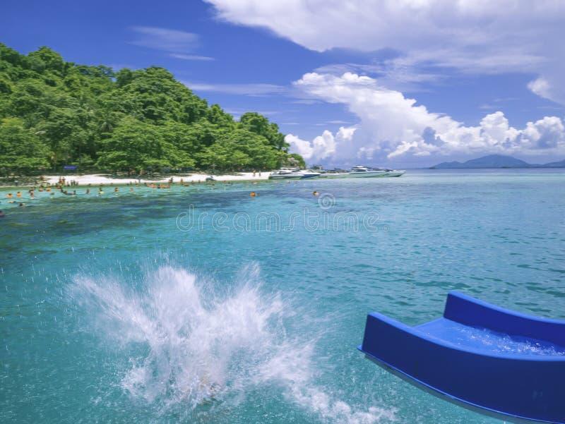 Άνθρωποι που παίζουν τον ολισθαίνοντα ρυθμιστή στον ειδυλλιακό ωκεανό και το μπλε ουρανό στο vacat στοκ φωτογραφίες με δικαίωμα ελεύθερης χρήσης