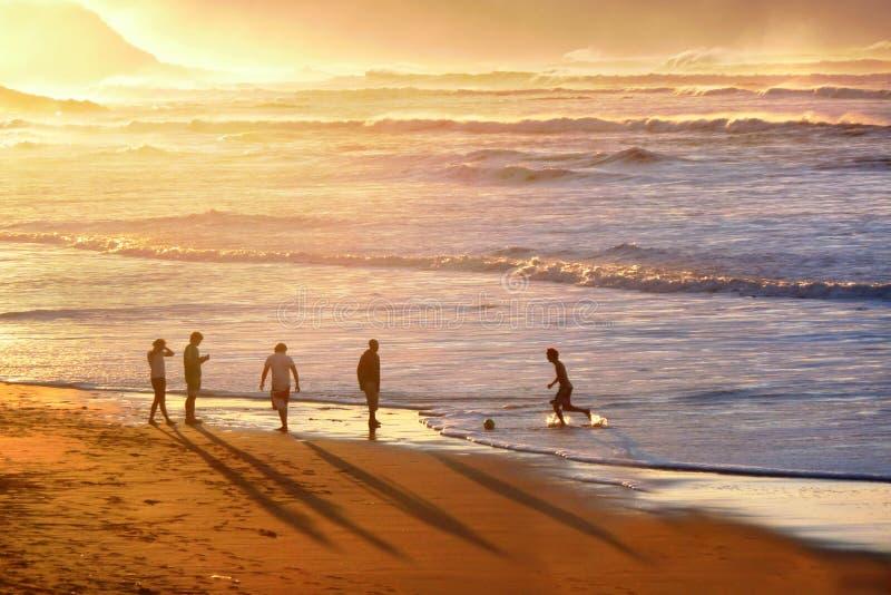 Άνθρωποι που παίζουν το ποδόσφαιρο στην παραλία στοκ εικόνα με δικαίωμα ελεύθερης χρήσης