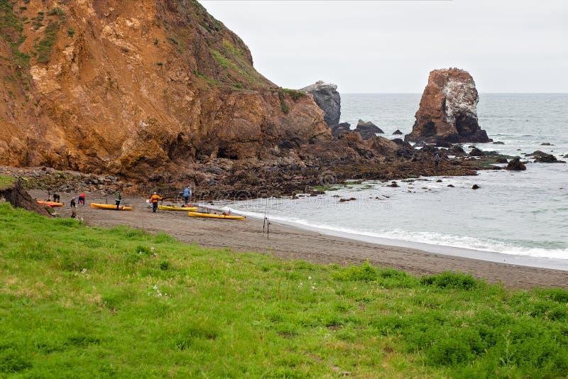Άνθρωποι που παίρνουν έτοιμοι στο καγιάκ στην παραλία Rockaway, Pacifica, Καλιφόρνια στοκ φωτογραφίες
