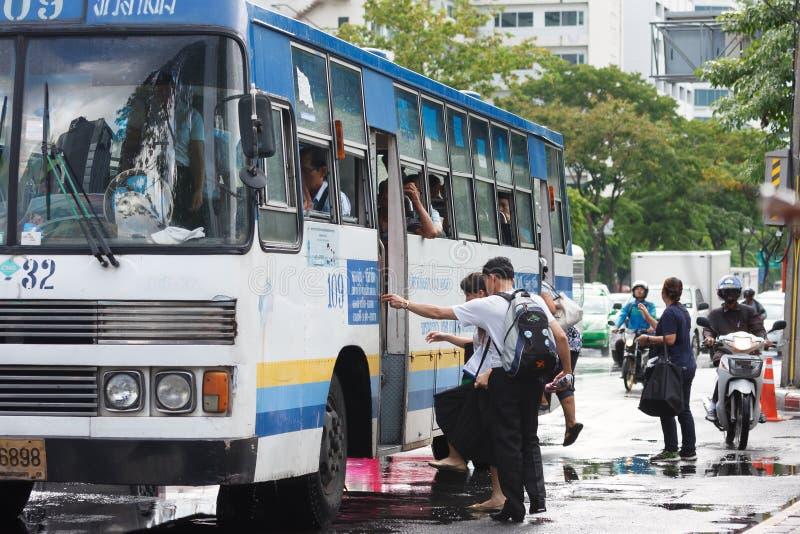 Άνθρωποι που παίρνουν στο λεωφορείο μετά από τη βροχή στοκ εικόνες με δικαίωμα ελεύθερης χρήσης