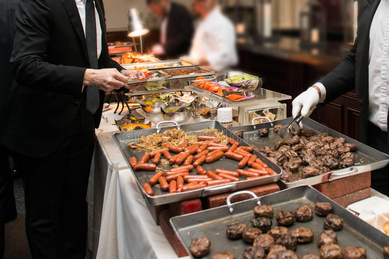 Άνθρωποι που παίρνουν τα τρόφιμα στον τομέα εστιάσεως μπουφέδων που δειπνεί τρώγοντας το κόμμα Έννοια μπουφέδων γεγονότος στοκ εικόνα