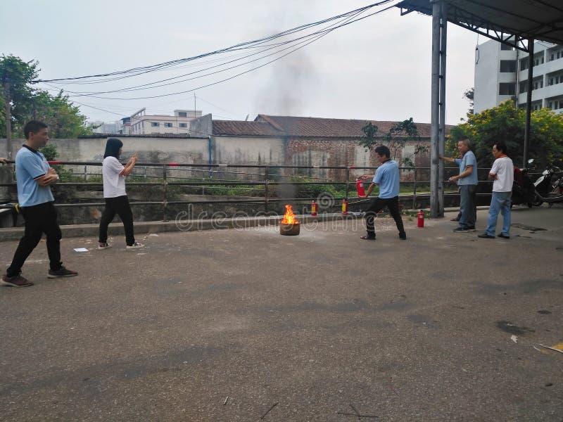 Άνθρωποι που παρευρίσκονται σε ένα τρυπάνι πυρκαγιάς στοκ φωτογραφία με δικαίωμα ελεύθερης χρήσης
