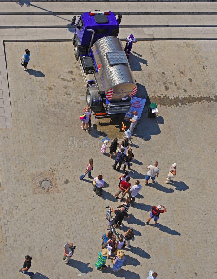 Άνθρωποι που περιμένουν στη σειρά για το πόσιμο νερό στη Βαρσοβία Πολωνία στοκ εικόνες