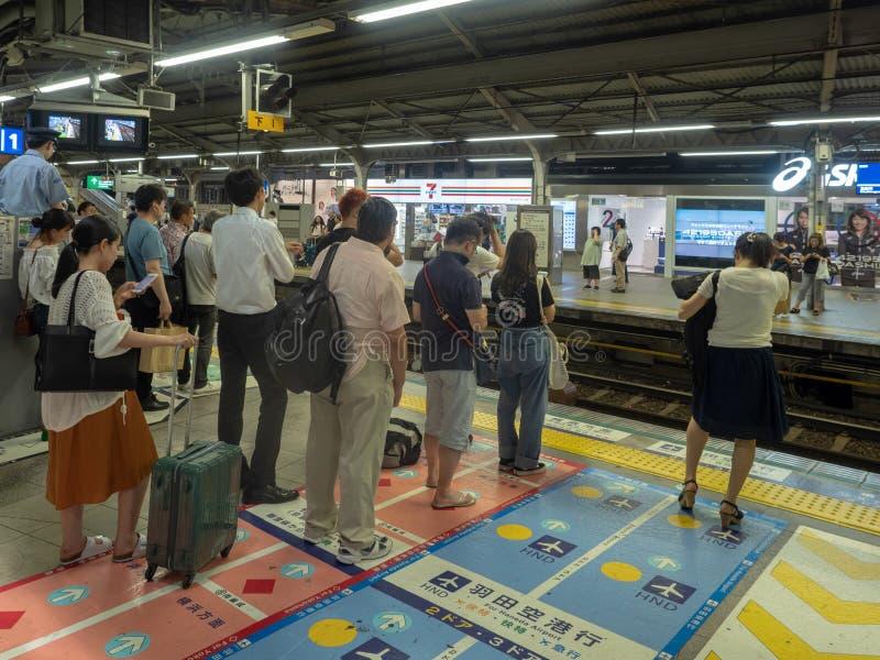 Άνθρωποι που περιμένουν στη σειρά στο σταθμό Shinagawa στο Τόκιο, Ιαπωνία στοκ φωτογραφίες με δικαίωμα ελεύθερης χρήσης