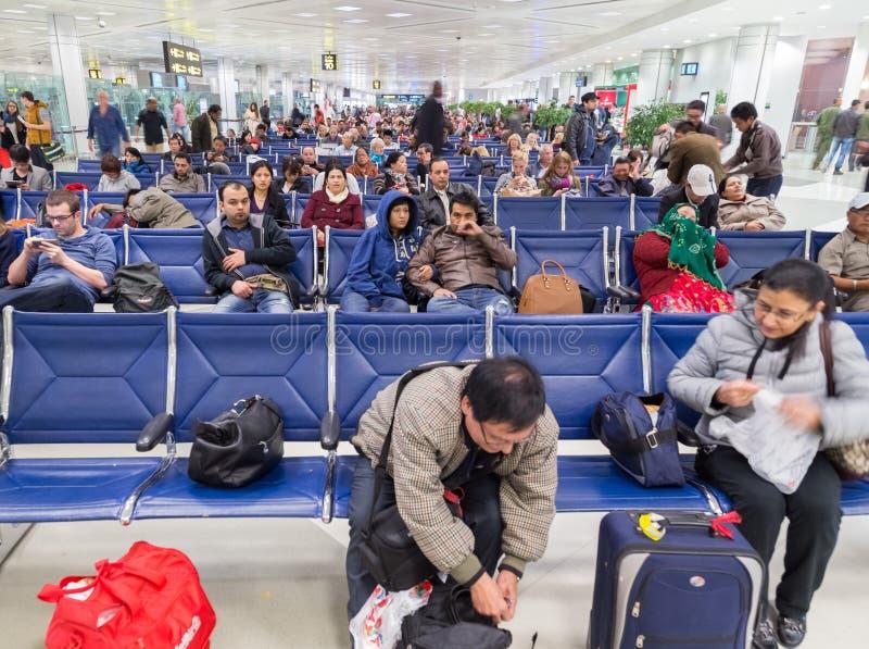 Άνθρωποι που περιμένουν την πτήση τους στο διεθνή αερολιμένα Doha στοκ εικόνα