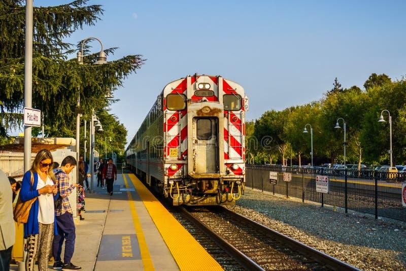 Άνθρωποι που περιμένουν το τραίνο άφιξης στοκ εικόνα