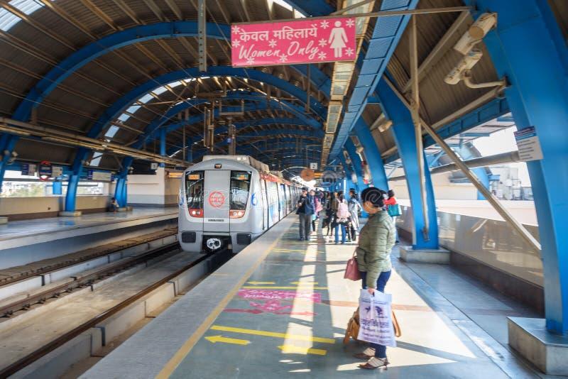 Άνθρωποι που περιμένουν το τραίνο στο σταθμό μετρό στο Νέο Δελχί r στοκ φωτογραφία με δικαίωμα ελεύθερης χρήσης