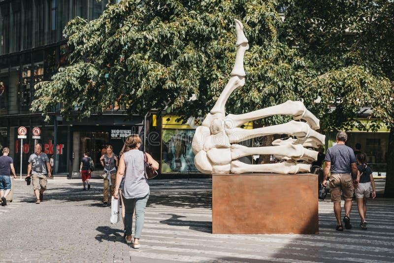 """Άνθρωποι που περπατούν από """"όπως """"το γλυπτό από Krystof Hosek στην Πράγα, Δημοκρατία της Τσεχίας στοκ φωτογραφία με δικαίωμα ελεύθερης χρήσης"""