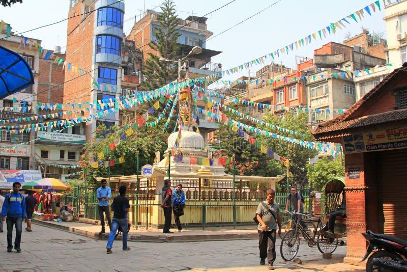 Άνθρωποι που περπατούν γύρω στην Ταϊτή Stupa στο Κατμαντού στοκ φωτογραφία με δικαίωμα ελεύθερης χρήσης