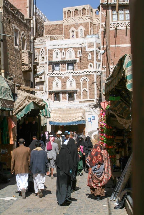Άνθρωποι που περπατούν και που αγοράζουν στην αγορά της παλαιάς Sana στοκ φωτογραφία