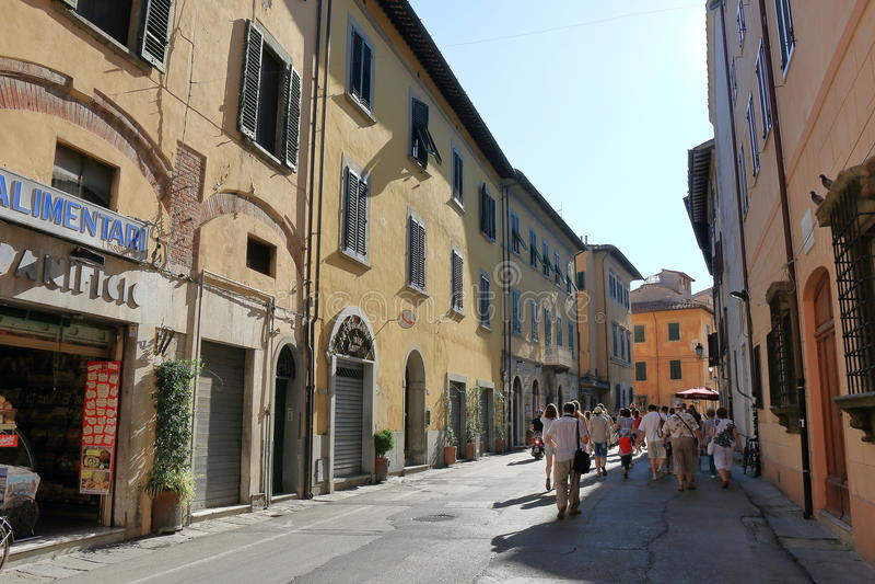 Άνθρωποι που περπατούν κατά μήκος μιας παλαιάς στενής οδού στην Πίζα, Ιταλία στοκ εικόνες