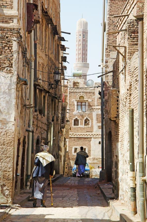 Άνθρωποι που περπατούν στην παλαιά πόλη Sana'a Υεμένη στοκ φωτογραφία με δικαίωμα ελεύθερης χρήσης