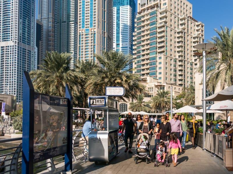 Άνθρωποι που περπατούν στο θαλάσσιο περίπατο του Ντουμπάι στη μαρίνα  στοκ φωτογραφίες