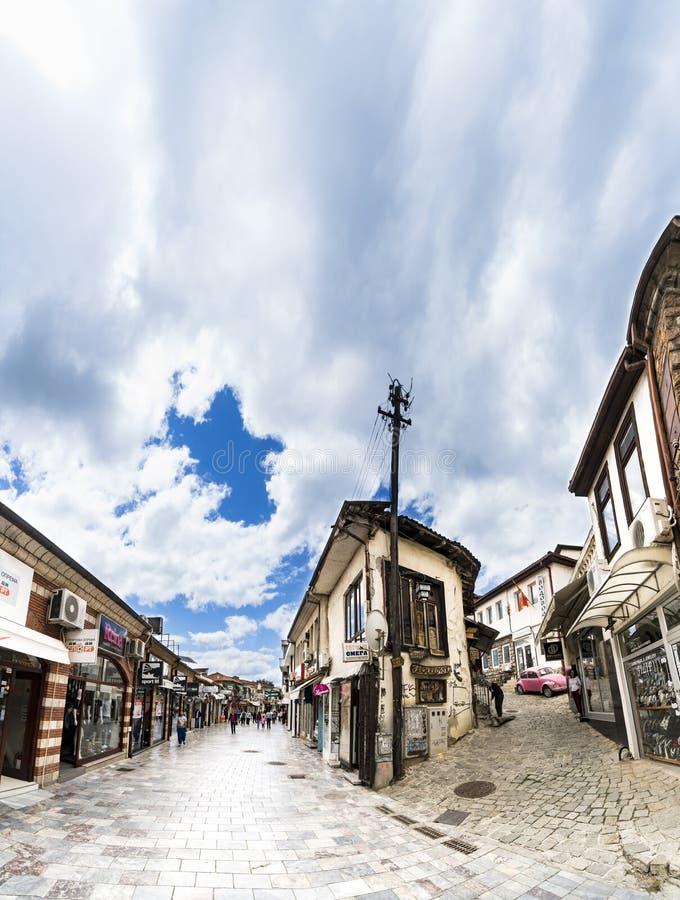 Άνθρωποι που περπατούν στο ιστορικό κέντρο της πόλης της Οχρίδας στοκ εικόνα με δικαίωμα ελεύθερης χρήσης